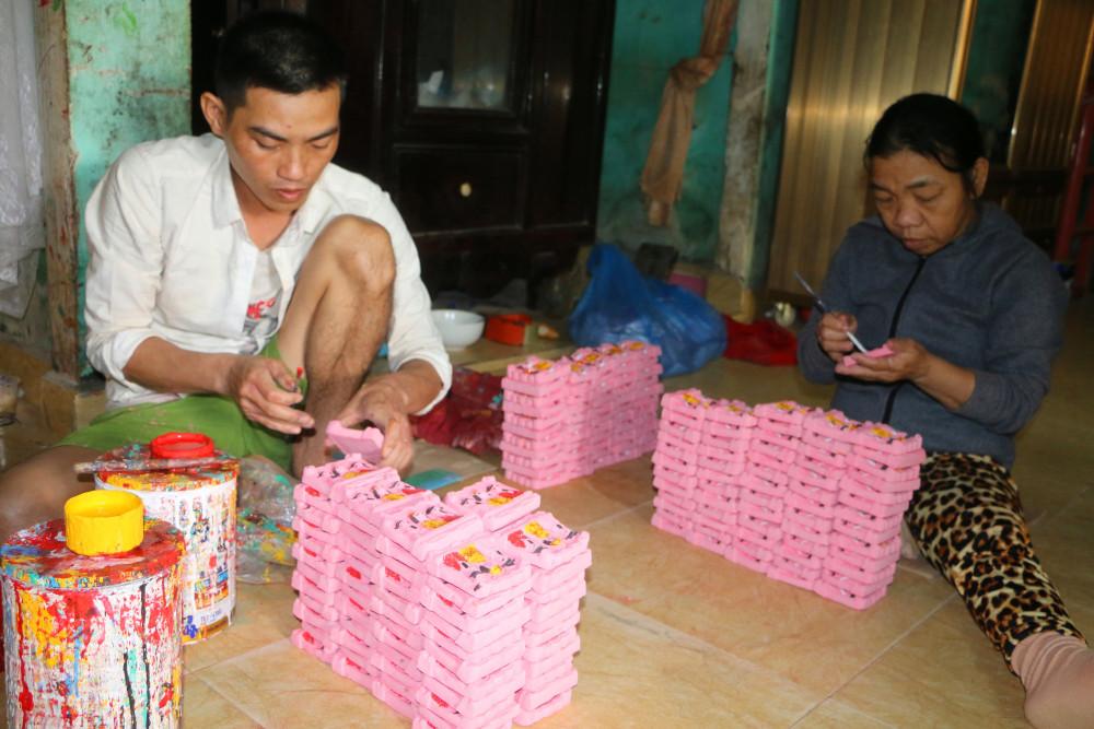 Ông Võ Văn Nhật, người có thâm niên làm tượng hơn 40 năm ở làng Địa Linh cho biết, nghề này vất vả nhưng thu nhập không nhiều nên mai một dần, tuy nhiên là nghề truyền thống gia đình nên ông cố gìn giữ.