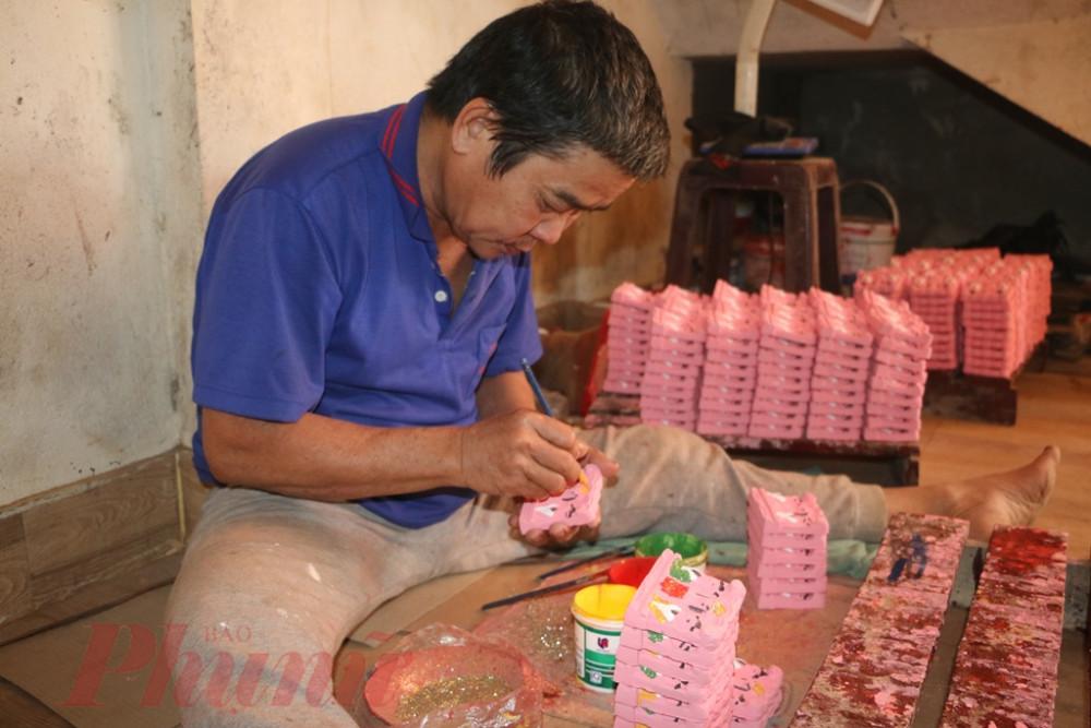 sau đó tượng ông Táo được tô thêm lớp sơn màu hồng hoặc đỏ, rồi thêm bột kim tuyến óng ánh bắt mắt để phù hợp với thị hiếu của người mua