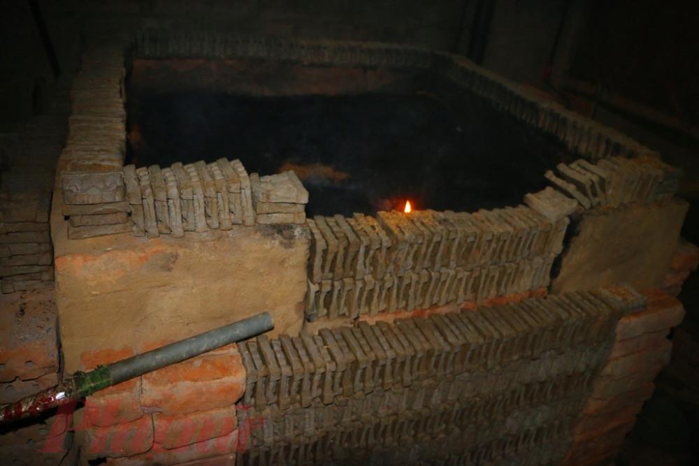 Sau khi phơi khô ông Táo được đưa vào lò để ủa lửa trấu trong suốt gần một tuần