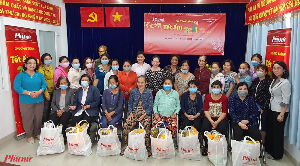 Báo Phụ nữ tặng quà tết đến phụ nữ tại quận 8