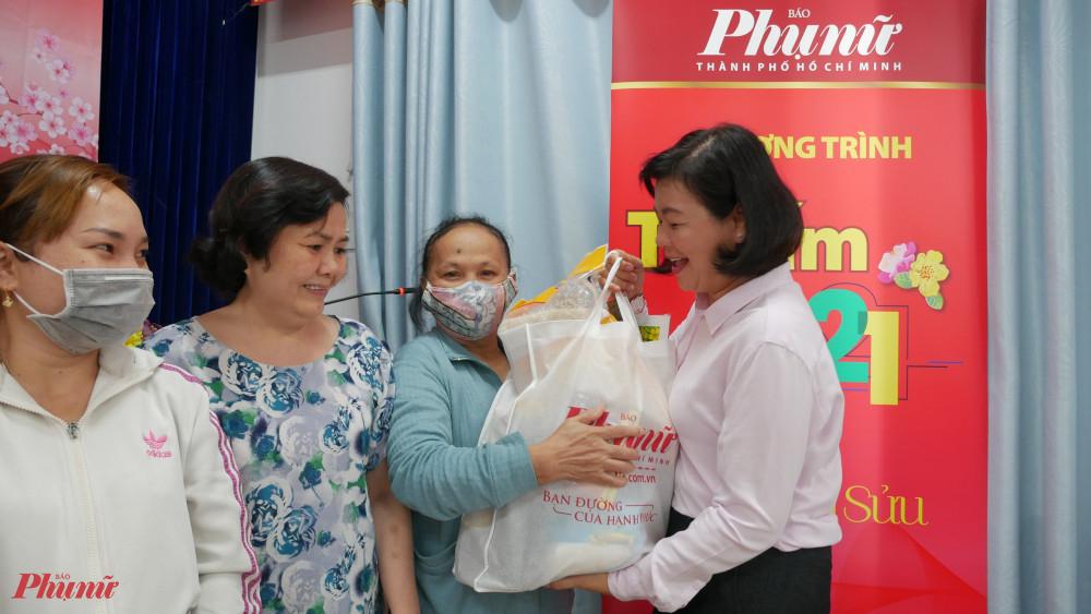 Bà Lý Việt Trung - Tổng Biên tập Báo Phụ nữ TPHCM tặng quà tết cho phụ nữ