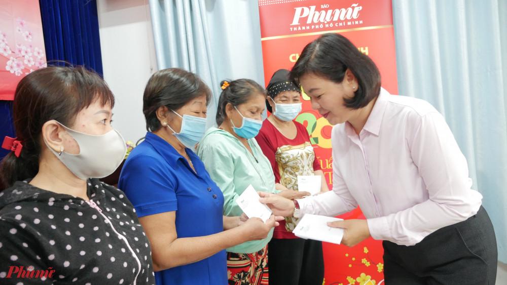 Tiếp nối truyền thống nghĩa tình của nhân dân TPHCM, hàng năm Báo Phụ Nữ TPHCM tổ chức tặng quà tết cho phụ nữ khó khăn