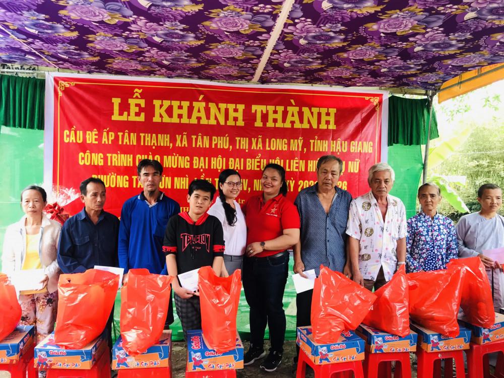 tặng quà tết cho các hộ khó khăn của địa phương