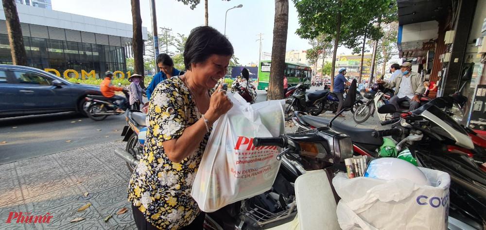 Niềm vui của các dì, chị nhận quà tết từ Chương trình Tết ấm của Báo Phụ nữ TPHCM