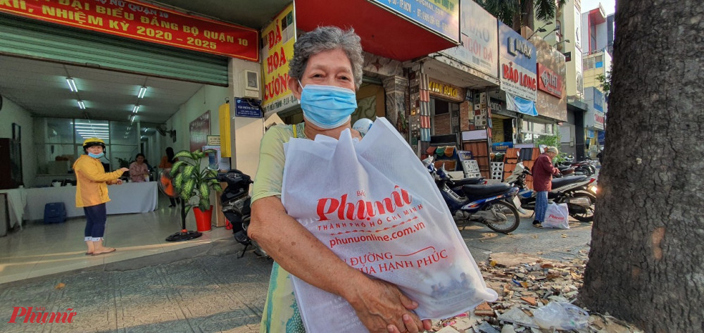 Phần quà tết từ Bao Phụ Nữ TPHCM giúp chị em phụ nữ đón một cái tết đầm ấm, vui vẻ hơn