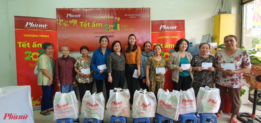 Báo Phụ nữ TPHCM và Hội LHPN quận 10 tặng quà tết đến với phụ nữ khó khăn trên địa bàn quận