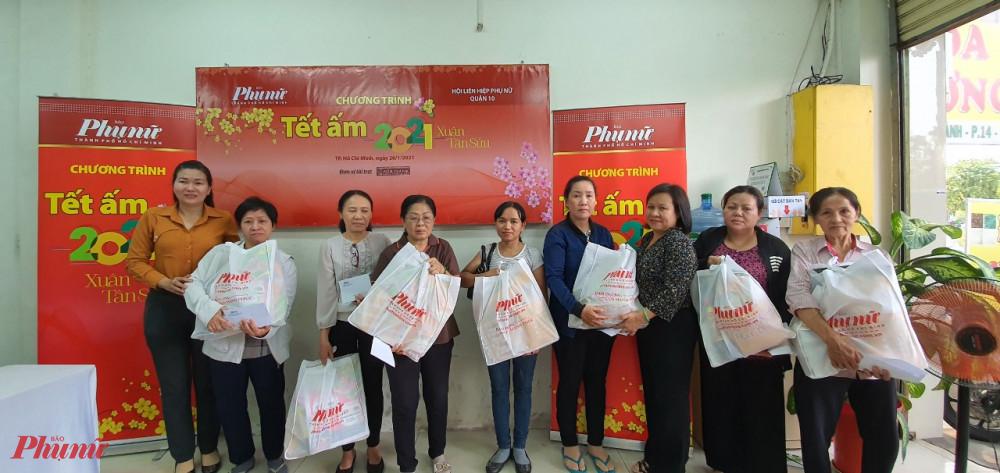 Báo Phụ nữ TPHCM trao gửi những phần quà tết đến phụ nữ khó khăn trên địa bàn quận 10 \
