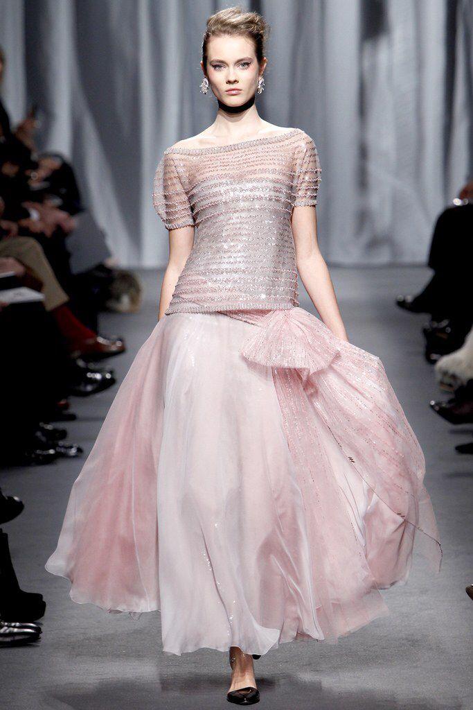 Một nhóm khác cho rằng thiết kế lưng dài này cũng không có gì đáng chê trách nhưng sáng tạo của Chanel dưới thời Virginie Viard đã không còn thuyết phục họ như thời của Karl Lagerfeld. Thiết kế thời trước được chăm chút về các chi tiết hơn giúp thiết kế trông bắt mắt hơn. Trong ảnh là BST được Chanel giới thiệu cách đây 10 năm.