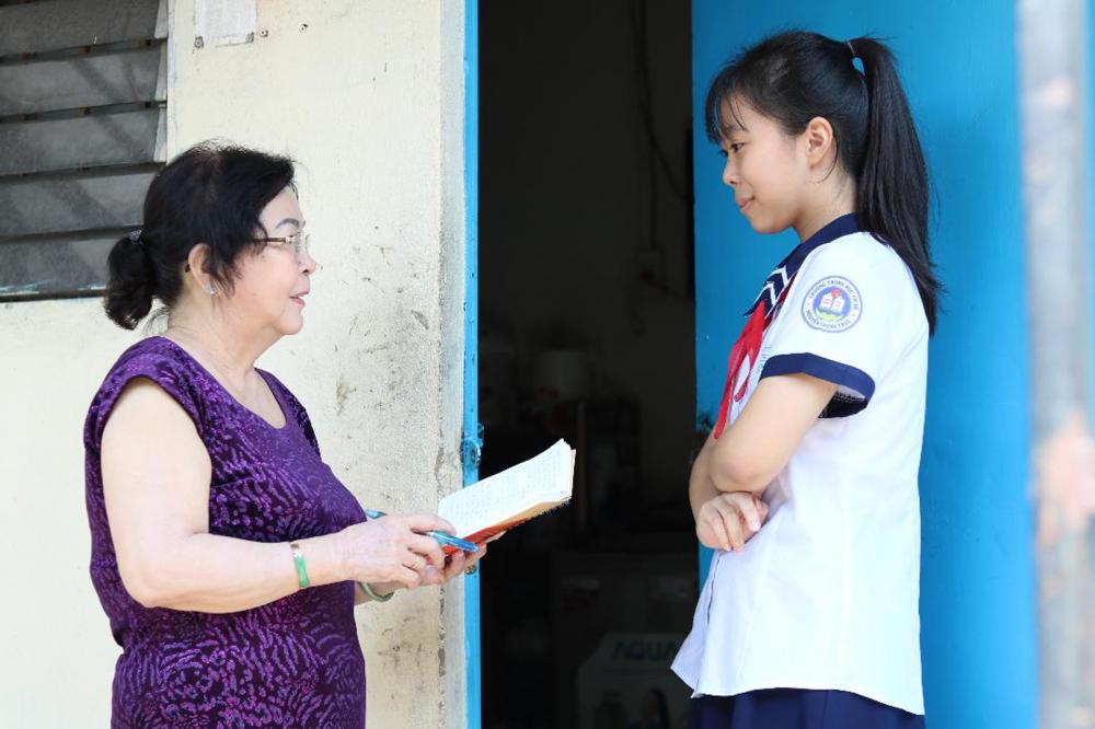 Bà Nguyễn Thị Hai thường lui tới các phòng trọ, hỏi thăm chuyện làm ăn, học hành  trong từng gia đình để kịp thời giúp đỡ
