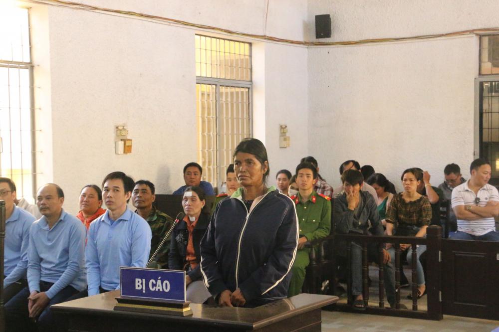 Người dân nghèo hầu tòa vì bắt tay với cán bộ