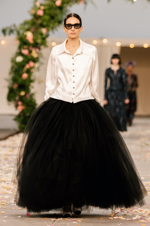 Mới đây, Chanel giới thiệu BST cao cấp thuộc khuôn khổ Tuần lễ Thời trang Paris. Do dịch bệnh nên show diễn được tổ chức quy mô nhỏ gọn. BST chỉ gồm 32 thiết kế, bằng 1/3 so với thời của Karl Lagerfeld