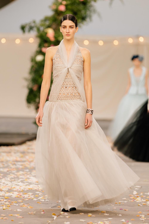 Một thiết kế xuyên thấu táo bạo được Chanel giới thiệu trong BST lần này. Một số tín đồ thời trang cho rằng tổng thể BST không khác thời trang ứng dụng là bao, chưa xứng tầm với mác cao cấp trước đây của Chanel.