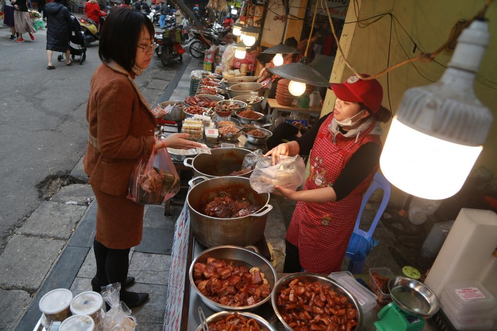 Nhiều món ăn truyền thống như cá kho, thịt kho cũng được bày bán để phục vụ người dân.