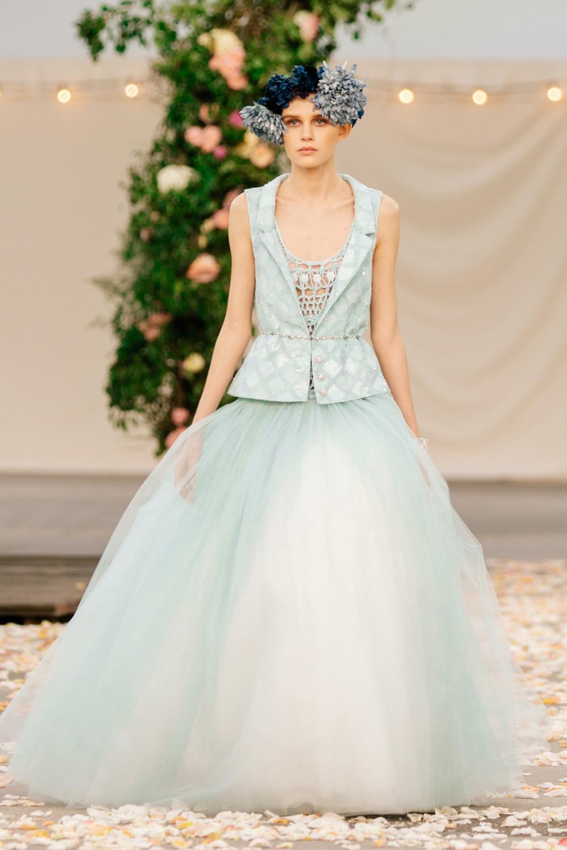 Các trang phục dự tiệc được Virginie Viard sáng tạo với tiêu chí gần gũi, tiện dụng.