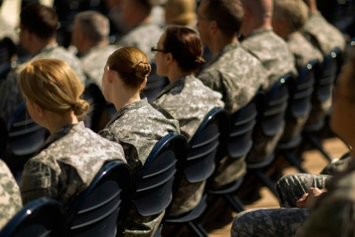 Lầu Năm Góc thông báo rằng các nữ quân nhân sẽ có thể sơn móng tay, đeo khuyên tai và để tóc dài - trái ngược với trước đây, những phụ nữ tóc dài đều phải búi lại, khiến nhiều người cho là không thoải mái - Ảnh: AFP
