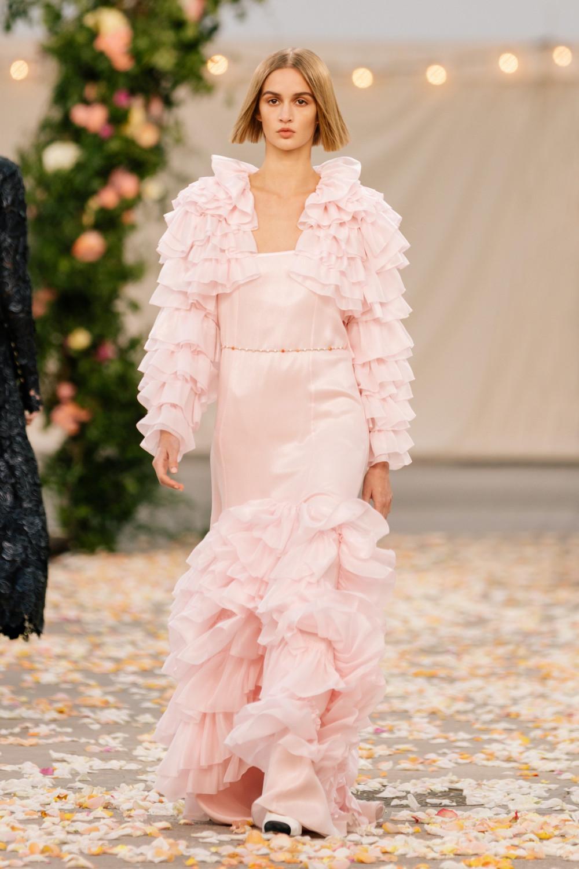 Chanel dùng các cụm từ như: phóng khoáng, cá tính... để nói về BST lần này. Trong ảnh thiết kế màu hồng với