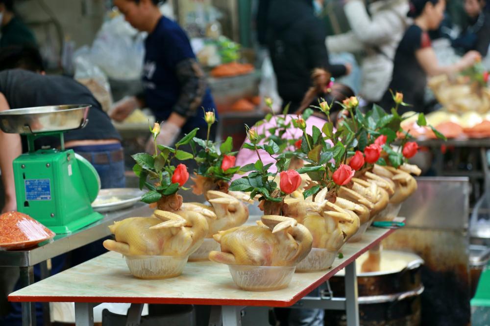 Theo đó, mặt hàng thu hút lượng khách mua nhiều nhất là gà cánh tiên - gà trống được luộc chín với bông hồng cài mỏ