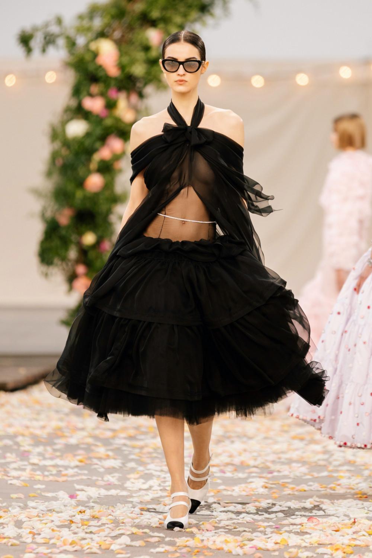 Tuy nhiên, ở chiều ngược lại, một số người lại cho rằng kiểu váy này không có gì đáng chê trách. Việc quan niệm cái đẹp phải là chân dài lưng ngắn đã lỗi thời. Thời trang nên cổ vũ cho sự đa dạng hình thể của phụ nữ, hơn là việc định họ vào một khuôn nào đó.