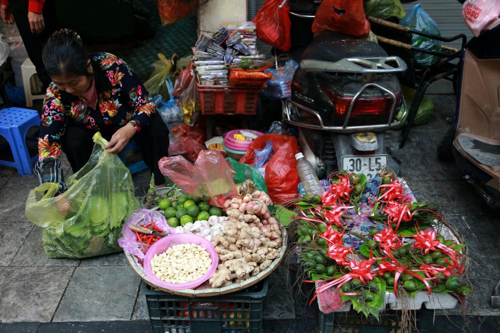 Bên cạnh mặt hàng gà, món đồ lễ như cau trầu, hoa quả cũng thu hút nhiều người mua sắm.