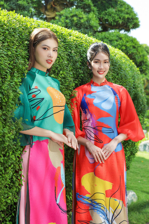 Những sắc màu tươi vui, rực rỡ như mang không khí mùa xuân về trên những tà áo.