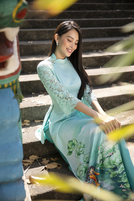 Phần tay áo đắp ren, cổ áo cách điệu đôi chút giúp tà áo màu xanh ngọc trở nên đặc biệt hơn.