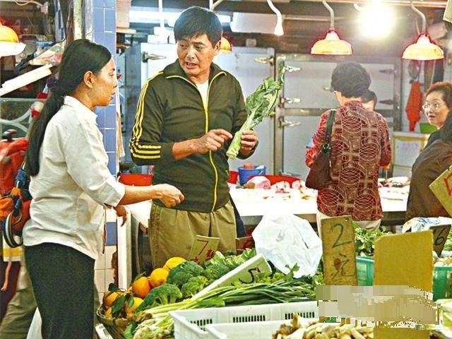 Châu Nhuận Phát và vợ thường đi chợ. Họ trở thành bạn của những chủ sạp nơi đây.