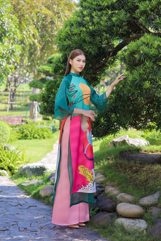 Những tà áo dài in hoạ tiết vui mắt, trẻ trung cũng là gợi ý lý thú cho mùa Tết. Những mảng màu tươi trẻ được kết hợp khéo léo giúp người mặc nổi bật.