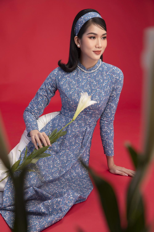 Á hậu Phương Anh chọn sắc xanh nền nã. Bộ áo dài được điểm xuyết màu đỏ