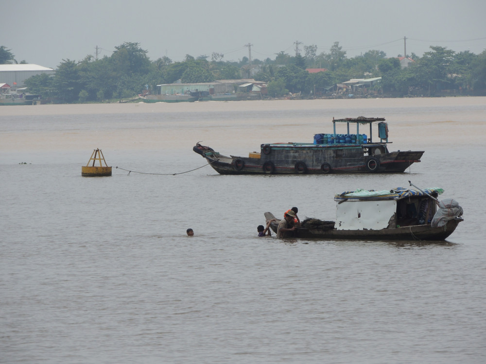 Mực nước cứ giảm dần, cuộc sống mưu sinh của ngư dân miền Tây càng thêm khó khăn
