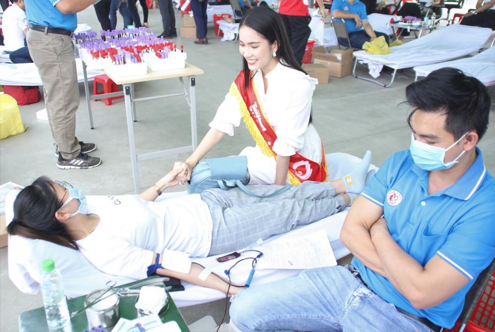 Á hậu 1 Phạm Ngọc Phương Anh cầm tay động viên cô gái hiến máu