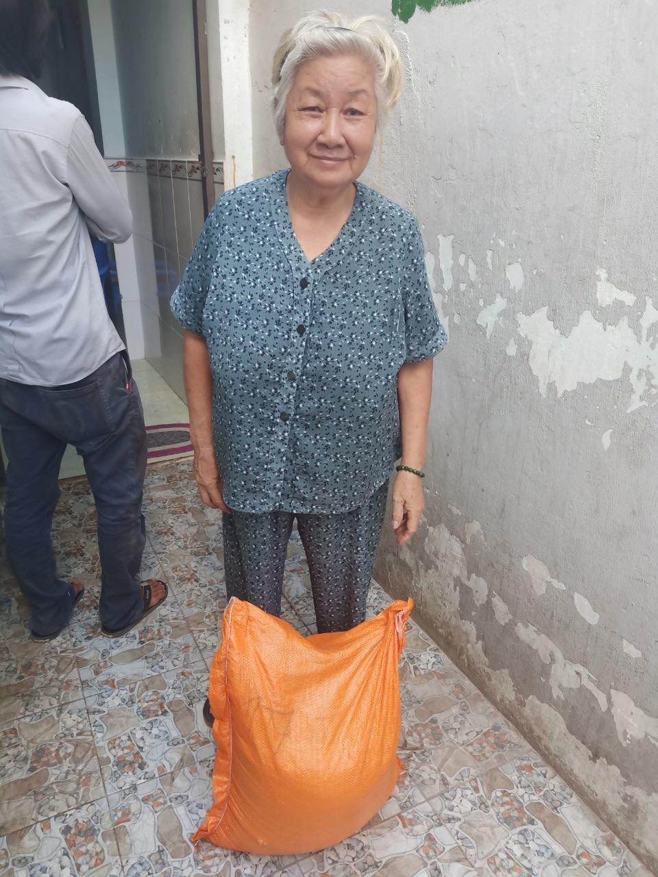 Cô Tuyết cho biết từ khi con gái mình bị tai biến đã được chị em hội phụ nữ vận động mạnh thường quân hỗ trợ gạo và tiền mỗi tháng để gia đình vơi bớt nỗi lo cơm áo.