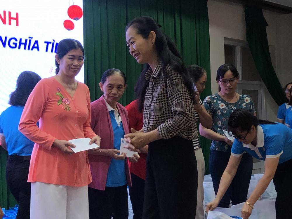 Bà Lâm Thị Ngọc Hoa - Phó Chủ tịch Hội liên hiệp Tp. HCM trao tặng những phần quà Tết với mong muốn không để các chị em ai cũng có một cái Tết no đủ, vui tươi. Ảnh: Thanh Huyền