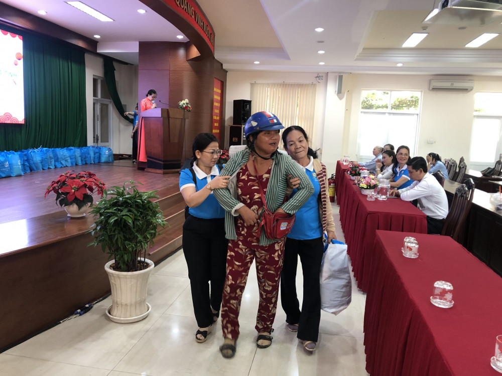Hội liên hiệp Phụ nữ Q. 7 đã trao quà Tết cho các chị em có hoàn cảnh khó khăn trên địa bàn. Ảnh: Thanh Huyền.