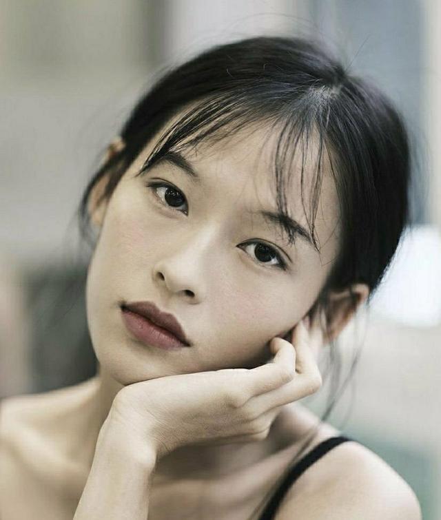 Minh Hà sinh năm 1999, hiện đang là người mẫu tự do và khá đắt show chụp ảnh nhờ vẻ đẹp thuần khiết, mong manh nhưng không kém phần cuốn hút.