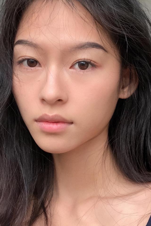 Dù chỉ trang điểm nhẹ nhưng nét đẹp thuần khiết của cô nàng cũng đủ thu hút người đối diện.