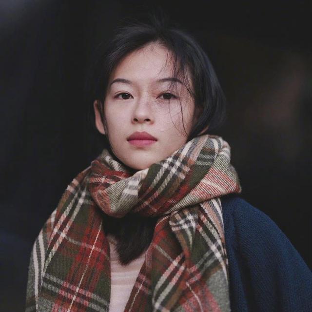 Bên cạnh gây sốt vì giống người đẹp họ Chương, khán giả xứ Trung cùng không quên dành sự ngưỡng mộ cho nét đẹp thanh tú, ngũ quan hài hòa của Minh Hà.
