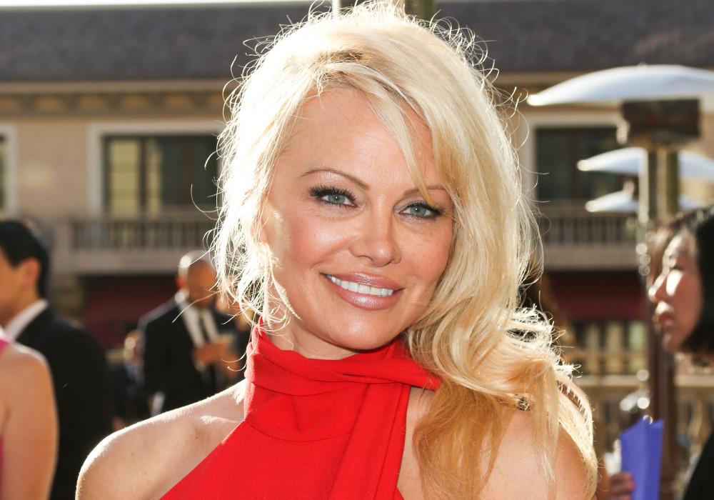 Nữ hoàng gợi cảm Pamela Anderson tuyên bố sẽ không sử dụng bất kỳ mạng xã hội vì có cảm giác bị kiểm soát, cầm tù.
