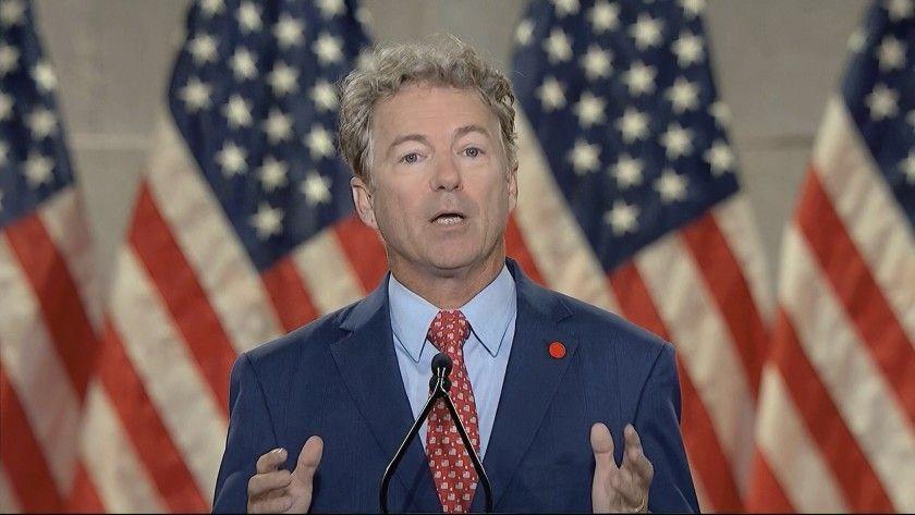 Thượng nghị sĩ Hoa Kỳ Rand Paul (R-KY) được các phóng viên theo dõi khi ông đến tuyên thệ trong phiên tòa luận tội cựu tổng thống Donald Trump tại Điện Capitol Hoa Kỳ ở Washington,