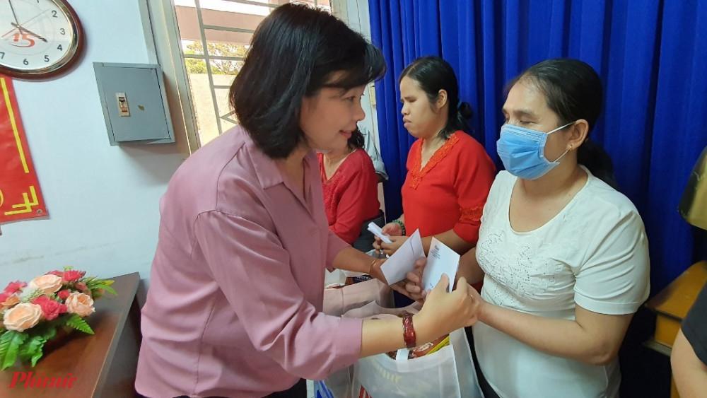 bà Lý Việt Trung – Tổng biên tập Báo Phụ nữ TPHCM đã đến và trao 30 phần quà tết đến với hội viên phụ nữ khó khăn, phụ nữ khuyết tật