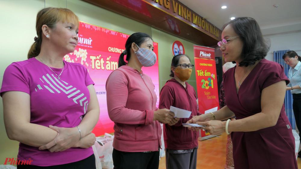 Tết ấm của Báo Phụ nữ TPHCM mang những phần quà xuân đến với hội viên phụ nữ