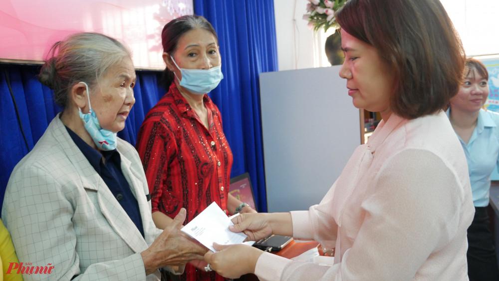 Chị Cẩm Tú - Chủ tịch Hội LHPN quận 3 tặng quà tết từ Báo Phụ nữ đến hội viện trên địa bàn quận
