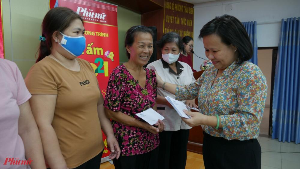 Bà Tạ Thị Nam Hồng – Phó Tổng biên tập Báo Phụ nữ TPHCM tặng quà tết đến hội viên phụ nữ tại phường Thảo Điền
