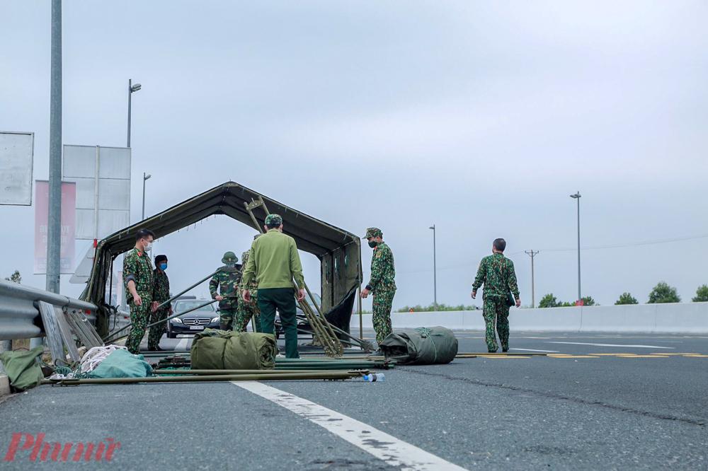 Lực lượng quân đội cũng gấp rút thực hiện dựng lều trại dã chiến để kiếm soát tại cửa ngõ vào Quảng Ninh.