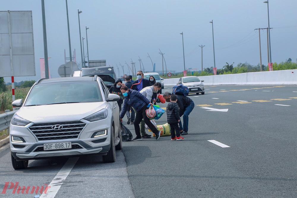 Nhiều người thuê xe từ Hà Nội trở về nhà đành dọn dẹp đồ đạc xuống xe để đi bộ.