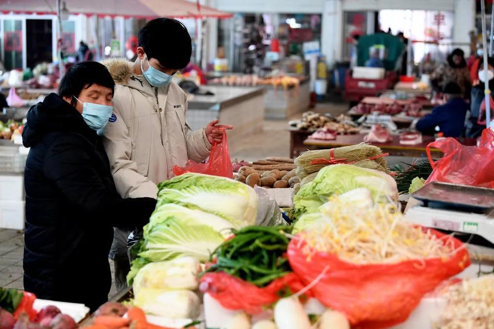 Bảo Lưu cùng mẹ đi chợ. ảnh Sohu