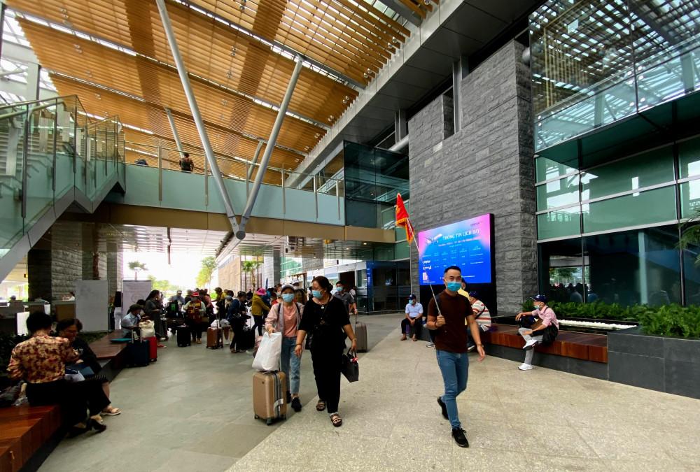 Một đơn vị tour đang đón khách tại sân bay Vân Đồn (Quảng Ninh). Ảnh: Quốc Thái