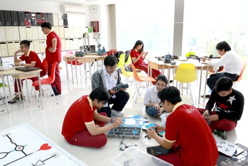 Sinh viên Trường ĐH Quốc tế Sài Gòn nghiên cứu lập trình Robot, loT và trí tuệ nhân tạo (AI).