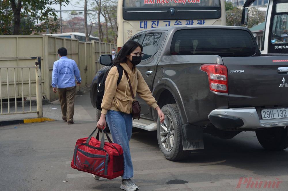 """Chiều 29/1 có mặt tại bến xe Giáp Bát (Hà Nội), bạn Nguyễn Hà My – sinh viên ĐH Thương Mại cho biết: """"Trường em đã quyết định cho sinh viên nghỉ học sớm để chủ động phòng chống dịch bệnh."""