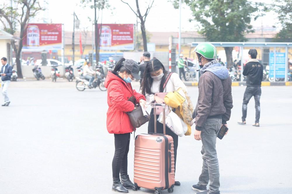 Ghi nhận tại trường ĐH Ngoại Thương Hà Nội sáng nay 29/1, nhiều sinh viên đã tranh thủ về quê nghỉ Tết sớm sau khi nhận được thông báo nghỉ học từ phía nhà trường.