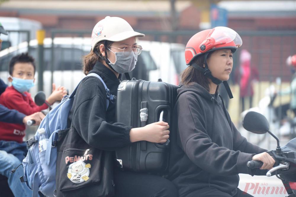 Chiều 29/1 tại bến xe Giáp Bát sinh viên ùn ùn kéo nhau đến tìm xe để về quê ăn Tết cùng gia đình.